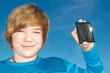 Junge mit Solarzelle in der Hand