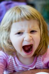 Enfant faisant des grimaces