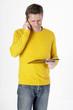 Mann telefonierend mit Klemmbrett in der Hand