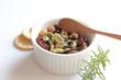 豆のサラダと野菜クラッカー