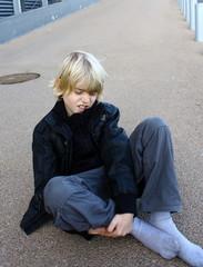enfant blond qui s'est fait mal
