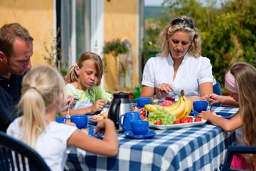 Familie beim Kaffee trinken im Garten