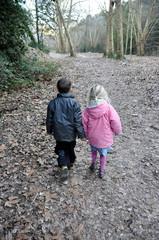 deux enfants amoureux en balade joie bonheur