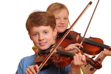 Zwei Jugendliche spielen Geige