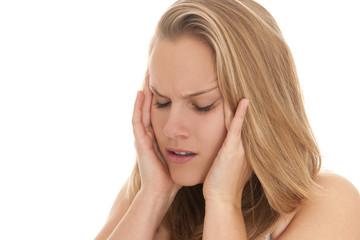 Blonde Frau hat Kopfschmerzen, Ohrenschmerzen