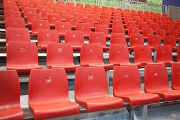 Zuschauertribüne aus roten Plastikstühlen