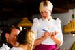 Paar in bayerischem Restaurant bestellt Essen