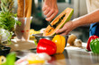 Koch bereitet Papaya zu