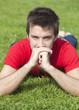 jeune homme au repos couché sur l'herbe détente
