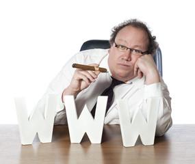businessman détendu face au web