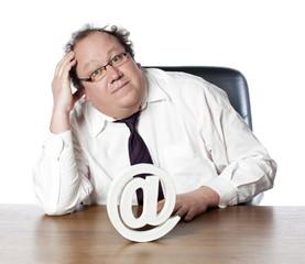 businessman cherchant une solution web