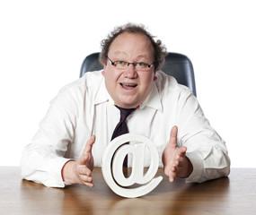 homme dirigeant parlant d'internet