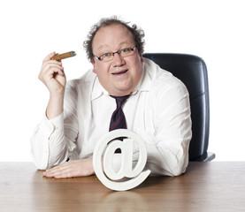 homme d'affaires obèse cigare et arobase