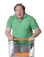 homme heureux faisant ses courses