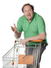 homme obèse parlant avec un caddie de grande surface