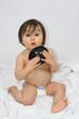 Bébé avec un bol noir
