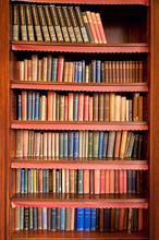 Vieux étagère avec des rangées de livres de la bibliothèque antique