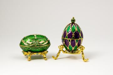 Figuras decorativas en verde y morado