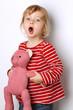 Kleines Kind spielt mit ihrem Teddy