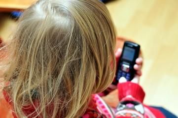 Kleinkind mit Telefon