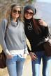due amiche in occhiali e jeans
