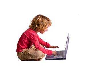 petite fille avec un ordinateur