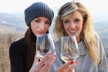 ragazze con calici di vino