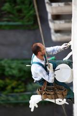 alpinist worker repair building