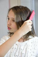 jeune fille qui se coiffe davant le miroir