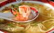 soupe chinoise nouilles raviolis et crevettes
