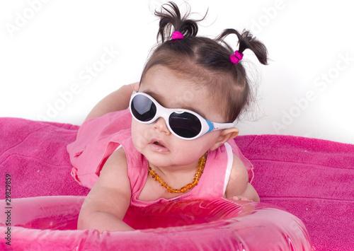 b b de 6 mois et lunettes de soleil de magalice photo libre de droits 29829859 sur. Black Bedroom Furniture Sets. Home Design Ideas