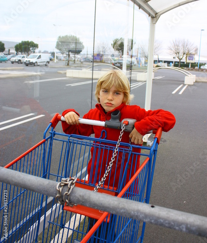 enfant et caddie faire les courses de patryssia photo. Black Bedroom Furniture Sets. Home Design Ideas