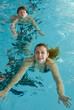 deux femmes qui nagent à la piscine