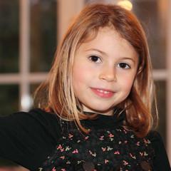 Tendre sourire d'une fillette (5-6 ans)