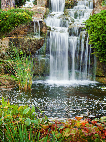 wodospad-w-parku-w-londynie-kew-gardens