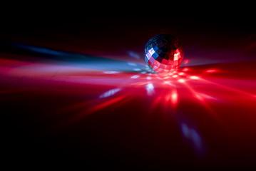 Laser mit Rotlicht und Diskokugel