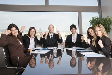Sechs Geschäftsleute jubeln im Büro