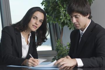 Frau unterschreibt Papiere