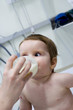 Bébé mangeant au biberon à l'hôpital