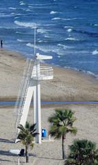 Torre de vigilancia en una playa