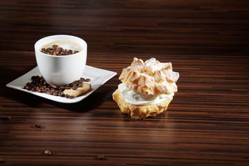 Windbeutel und Kaffee, quer