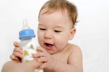Baby bekommt Milchflasche