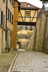 Eine stille Seitenstraße in der Altstadt von Tübingen