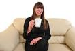 eine junge Frau trinkt schwarzen Kaffee aus einer Tasse