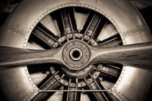 Plan rapproché de vieux moteur hélice d'avion