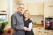 Älteres Paar in einer Küche