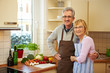 Älteres Ehepaar mit Gemüse