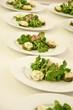 Gedeckter Tisch mit Salatvorspeise