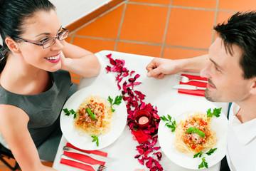 Paar beim Mittagessen oder Abendessen