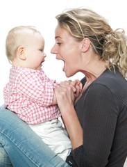 femme baby sitter s'amusant avec bébé sur les genoux